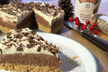 NO BAKE BAILEY'S CHRISTMAS CHEESECAKE